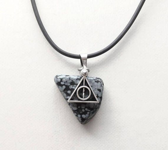 Een mooi kado voor Harry Potter fans https://www.etsy.com/nl/listing/555833354/zwarte-deathly-hallows-ketting-harry
