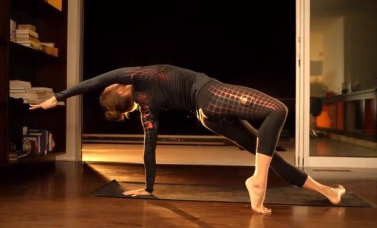 Já pensou se os seus músculos do corpo falassem e contassem que partes do seu corpo está sendo trabalhada durante o exercício, ou ainda se falasse se você está fazendo corretamente os movimentos?!Seria muito louco. Pensando nisso, 2 engenheiros elétricos, criaram uma roupa de ginástica que traduz movimentos em resultado, por meio de um sensor inteligente... Check it out: http://desireemarie.com.br/blog/moda-fitness-hi-tech/