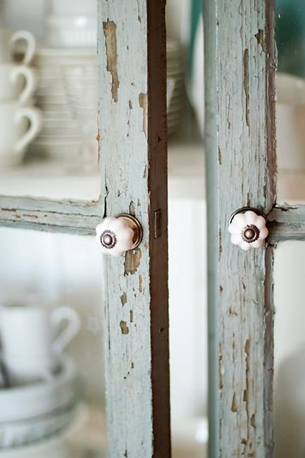 shabby door - see door knobs