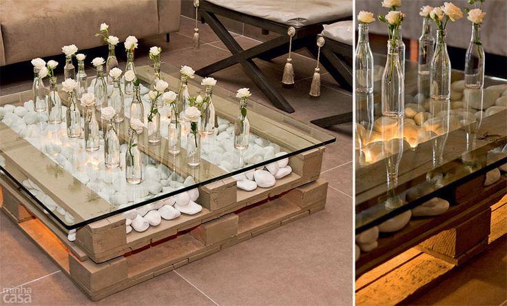 Madeira, seixos e vidro formam esta mesa de centro. Pintados na cor Concreto (Piso Premium, da Suvinil), dois estrados de 1 x 1 m foram empi...