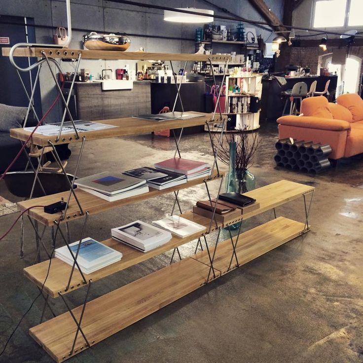 Regał zaprojektowany przez Teofila Hałasa w 1959 r. Znajdziecie go w D10 Concept Store. Więcej o tej designerskiej perełce poczytajcie na: nowymodel.org