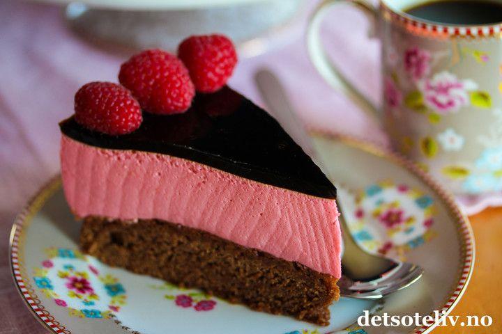 Hei dere! Ja, så er det helg igjen og jeg fortsetter trenden fra forrige kake med kombinasjonen lakris og bringebær - som er en fantastisk god smakskombinasjon! Denne selvkomponerte, nydelige kaken består av saftig sjokoladekake, luftig bringebærfromasj og et dekorativt, svart lokk av søt lakrisgelé. Pynt med friske bringebær, og du får en utrolig lekker kake!  God helg!