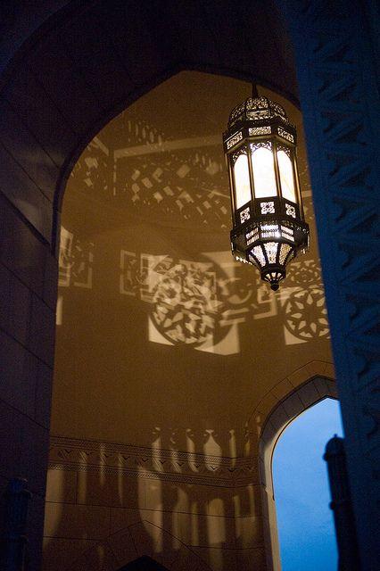 Grand Mosque Islamic Architecture  by Oman Tourism, via Flickr. معلقة إنارة بتصميم إسلامي