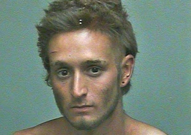 Jovem é preso por lavar cabelos com maionese em fonte nos EUA Cena ocorreu na cidade de Oklahoma. Lei proíbe as pessoas de tomarem banho nas fontes.