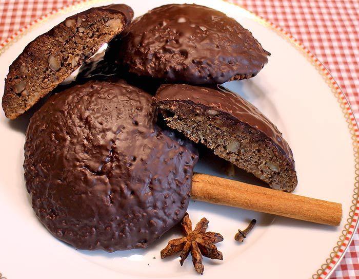 Weihnachtlich aromatisch würzige Low Carb Lebkuchen mit Bitterschokoladenglasur, die auf keinem Plätzchenteller an Weihnachten fehlen dürfen ...