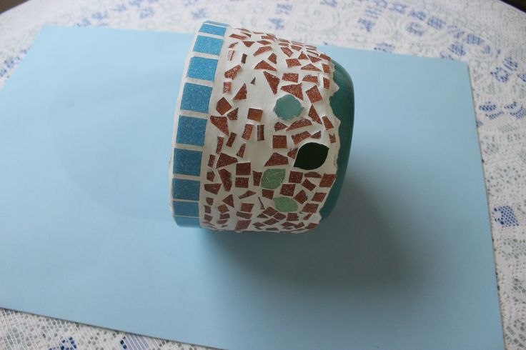 Vaso de cerâmica com mosaico.