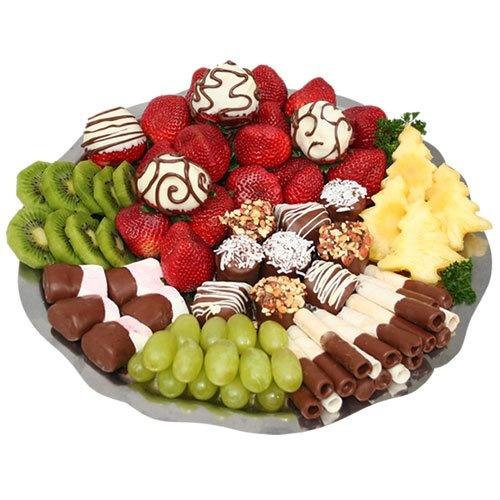 """Deliciosa combinación de masmelos con chocolate, fresas, fresas con chocolate, bananos con chocolate, kiwi, piña en forma de arbol, uvas verdes y marquillos con chocolate. Pídelo como """"Bandeja de Frutas"""" Tel. 448 2220"""