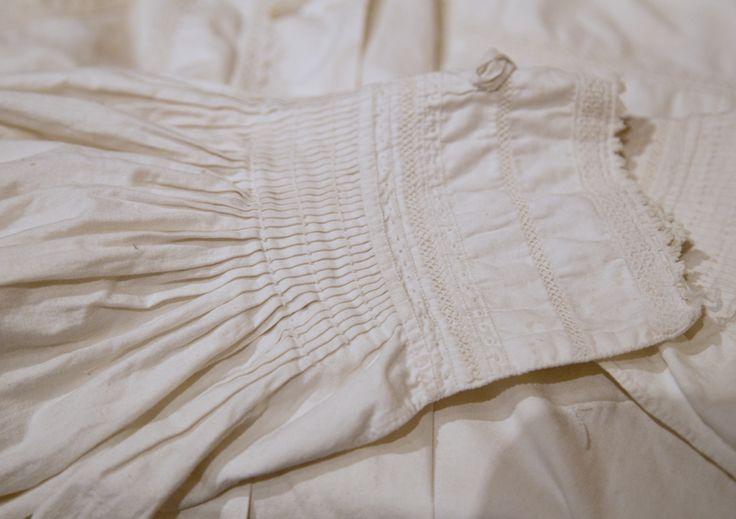 Detalj av gammel brudgomsskjorte. Slike finnes det få av i dag. Og grunnen kan nok være at menn ble begravet i slike skjorter.