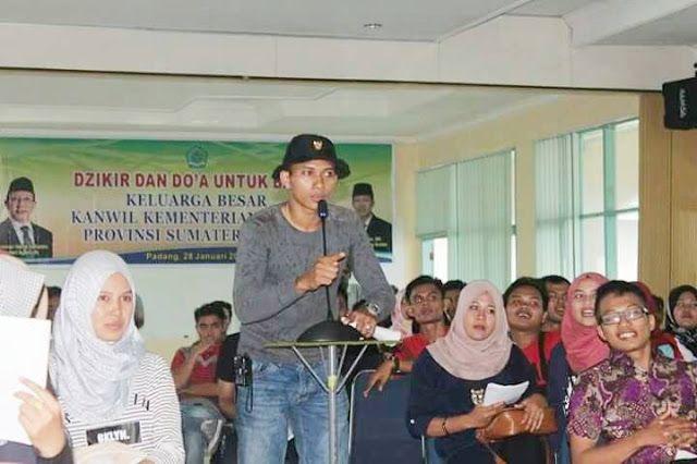 RiauJOS.com, Padang  - Di sebuah ruang terbuka terlihat kesibukan beberapa kelompok anak muda. Pada hari yang cerah itu, mereka saling ban...