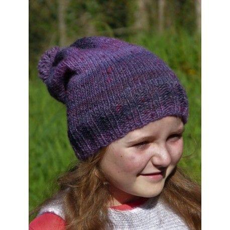 d895ccb7d571 Adorable bonnet Loose violet pour petite fille en laine tricoté main avec  pompon. Bonnet long tombant de très belle qualité qui fera le bonheur des  petites ...