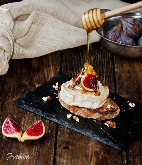Tosta de higos con queso de cabra y miel by Frabisa, via Flickr