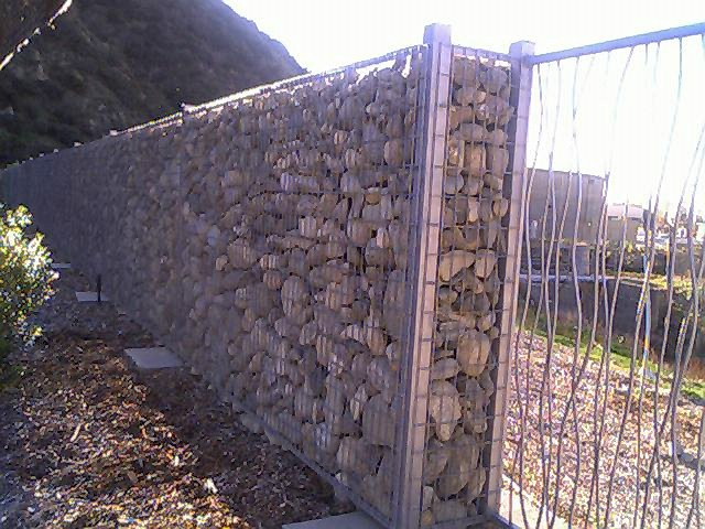 Great fencing idea . Maybe a good use for the  broken up concrete?