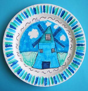 Delfts aardewerk. Kartonnen bordje; stiften in meerdere kleuren blauw.