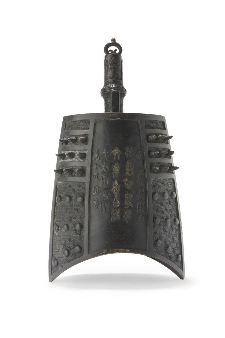 Cloche chinoise en métal, sculptée de calligraphies chinoises. 40 cm. Sold on www.apollium.fr