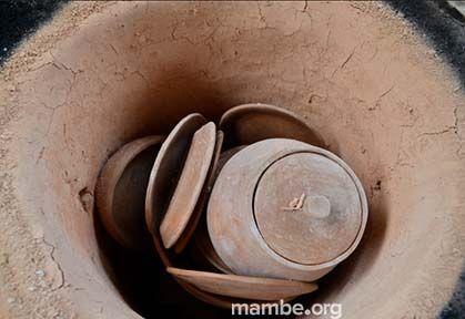 Piezas en barro recién quemadas en horno artesanal. #Artesanias (Vaupés - Colombia) Conoce más de nuestro trabajo en Mambe.org!