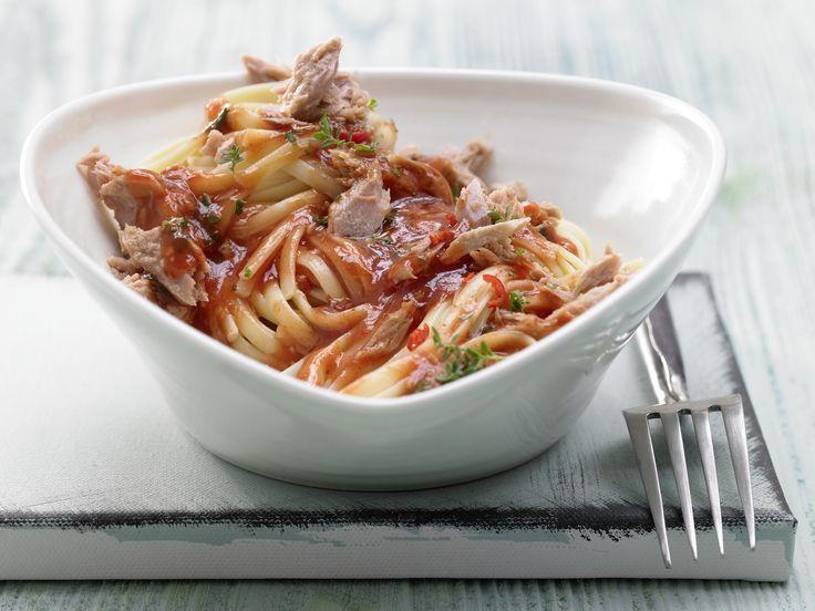 Ganz einfach und so lecker wie in einer italienischen Trattoria! Scharfe Tomaten-Thunfisch-Pasta - mit Chili und Kräutern - smarter - Kalorien: 497 Kcal - Zeit: 35 Min. | eatsmarter.de