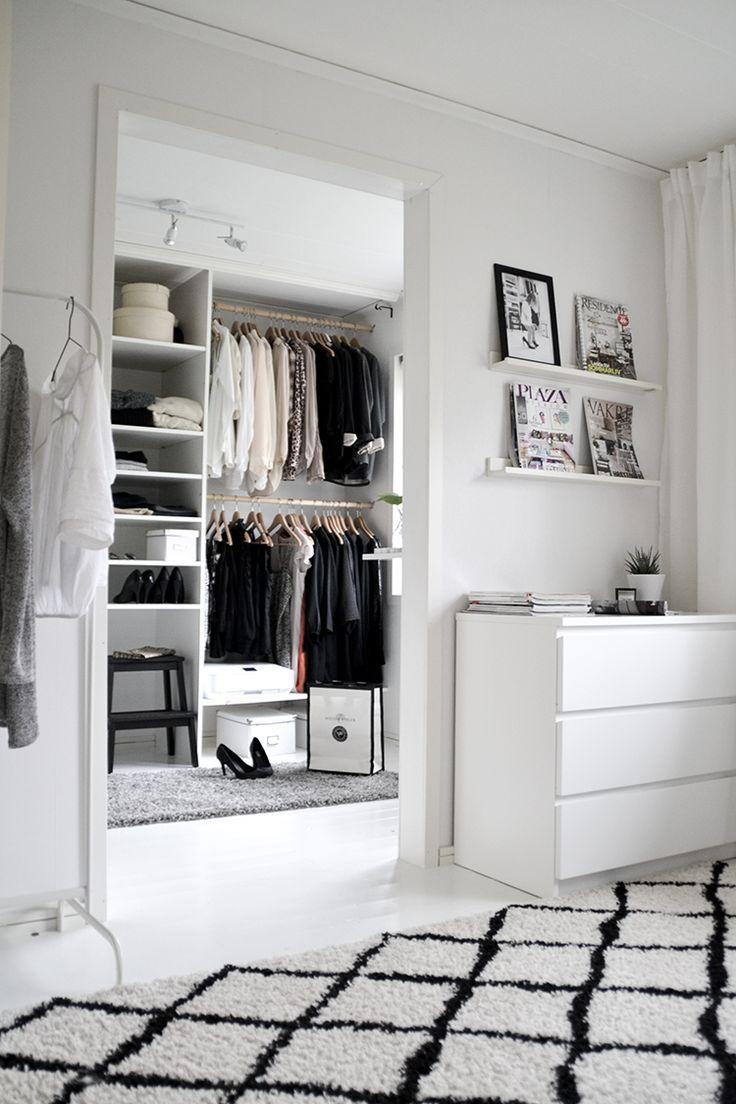 Lovely V r walk in closet Som blev s mycket b ttre och bonad med matta Offener KleiderschrankAnkleidezimmerKleiderschrankKapsel