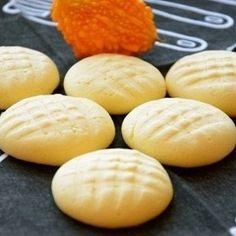 Мягкое масло взбить с желтком и ванилином, добавить сгущенку, перемешать, всыпать крахмал и замесить тесто.