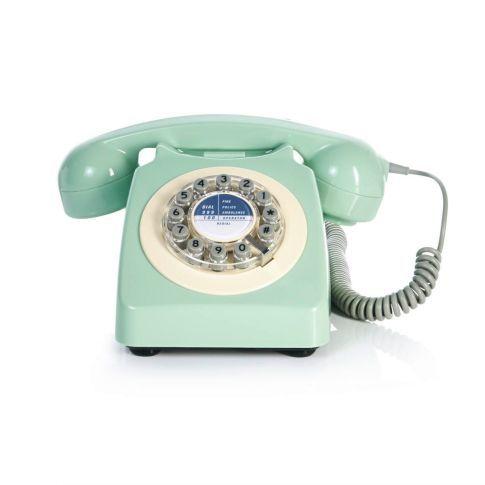 War das nicht ...? Ja, so ähnlich. Dieses mintfarbene Telefon hat das britische Label Wild & Wolf als Replik neu aufgelegt. Es ist das Modell, das die britische Post 1967 in Umlauf brachte und das 20 Jahre lang die britische Telekommunikation beherrschte. Sehr authentisch: die äußere Form. Extrem aktualisiert: das Innenleben mit Tastatur hinter der optisch bestechend gemachten Wählscheibe.