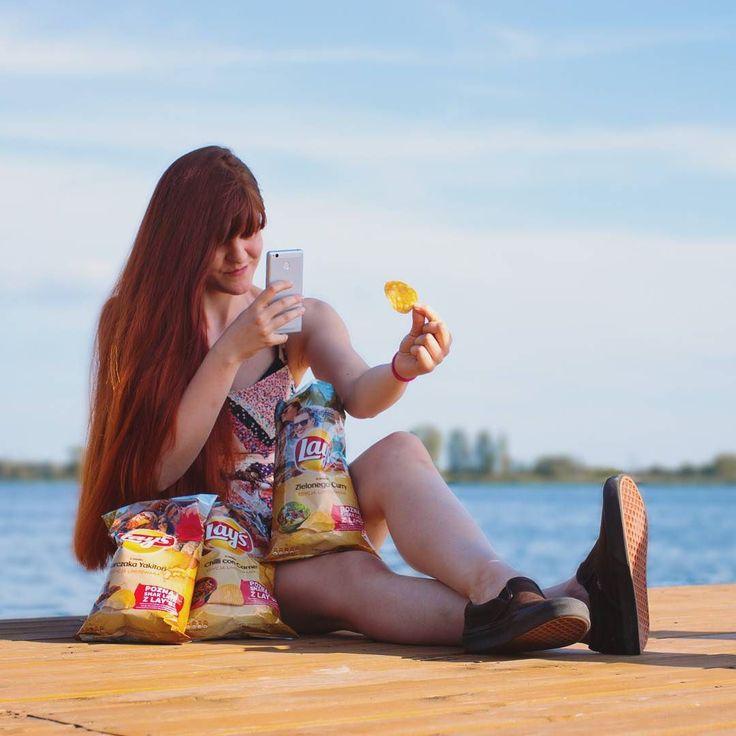 Szukam smaku lata nad Zalewem Zegrzyńskim robiąc idealne zdjęcie idealnego chipsa  tego lata koniecznie spędźcie trochę czasu na fajnym drewnianym pomoście robiąc zdjęcia  Albo zdjęcia ludziom robiącym zdjęcia czemu nie! A chipsy z letniej edycji MISTRZOSTWO moje ulubione to zielone curry i kurczak yakitori oba smaki lekko pikantne i z orientalną nutą. Dla fanów karbowanych chipsów jest jeszcze smak chili con carne   Za zdjęcie dziękuję @mateuszpolkowski  #latosmakujelepiejzlays…