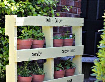 Arredare il giardino in maniera economica con la fioriera in pallet di legno