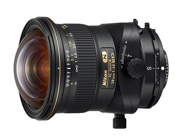 """Nikon acaba de anunciar a nova lente PC Nikkor 19mm F4E ED tilt-shift. As lente tilt-shift são chamadas pelas empresa de """"controle de perspectiva"""". Essa lente super-grande angular oferece 97 ° de cobertura e tem o shift (deslocamento) de ± 12 milímetros e tilt (inclinação) de ± 7,5 °."""