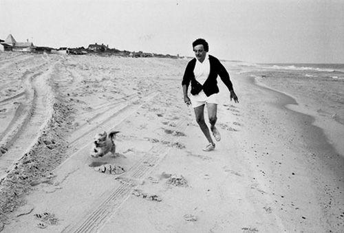 El escritor Kurt Vonnegut (Matadero Cinco, Desayuno de Campeones) corriendo en la playa junto a su perro.