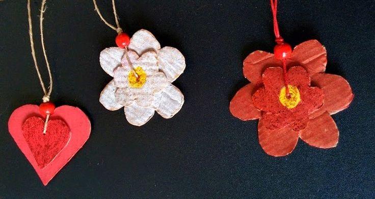 Collane con cartone pesante riciclato, spago e perlina colorata.