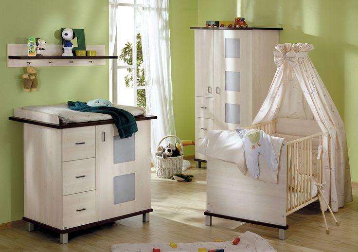 Der Korpus dieses Babymöbel-Sparset, aus einem Babybett mit Wickelkommode inkl. Aufsatz bestehend, ist in Ahorn-hell-Nachbildung gehalten und wird durch Boden und Deckplatten in dunkelbrauner Nussbaumnachbildung unterstrichen.