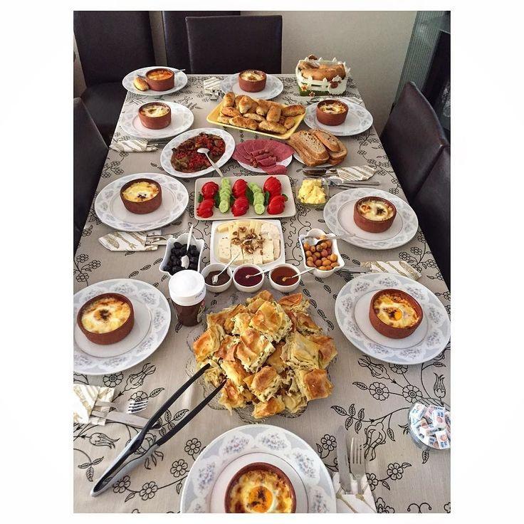 En güzel mutfak paylaşımları için kanalımıza abone olunuz. http://www.kadinika.com  Mutlu keyifli pazarlar Halamda bu güzel kahvaltı masasında muhabbetlerdeyiz Ellerinize emeğinize sağlık herşey çok güzeldi.