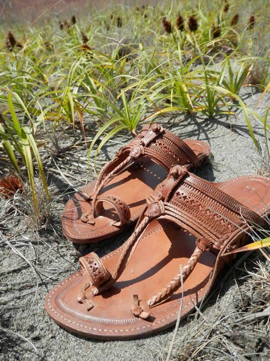 2015 Erkek Ayakkabı Modelleri... Ayakkabı denildiğinde kadınların ayakkabılara olan tutkuları akla gelmektedir. Ayakkabılar kadınlar için vazgeçilmez unsur olsalar da erkekler için de önemini gözden uzak tutmamak gerekir. Özellikle 2015 yaz erkek ayakkabı modasında bir çok çeşit ayakkabı modeli üretilmiş ve yaz kreasyonlarının seçenekleri oldukça arttırılmıştır.