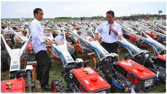 Jokowi Membagikan Ratusan Traktor