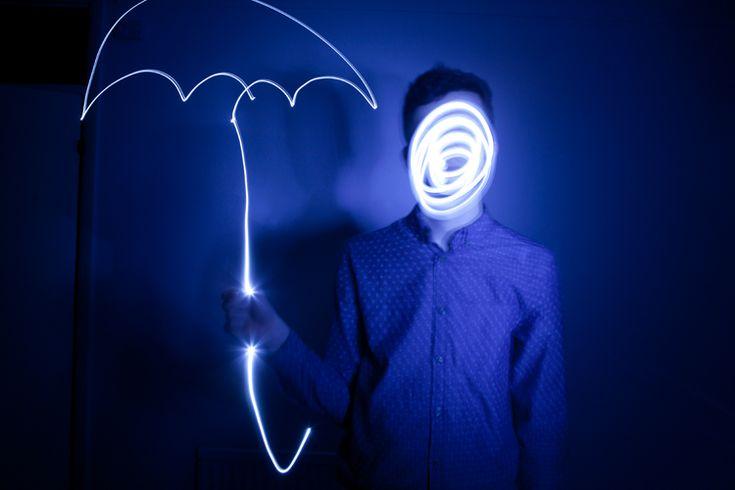 Malowanie światłem to kreatywny efekt, który możesz łatwo osiągnąć bez specjalnego sprzętu fotograficznego. Podpowiadam, jakie ustawienia aparatu.