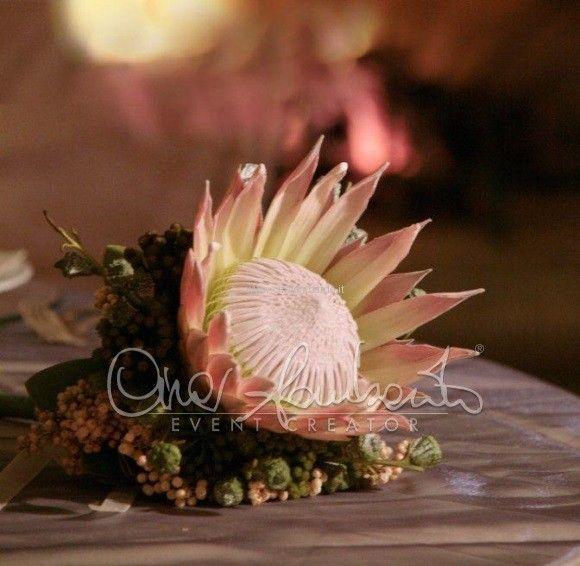 Matrimonio d'autunno, bouquet di protea con bacche di eucalipto