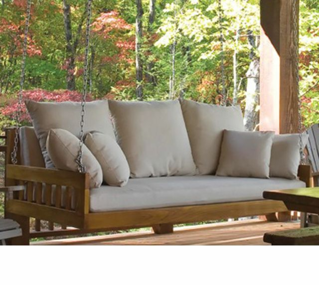 sillón colgante de madera en el porche