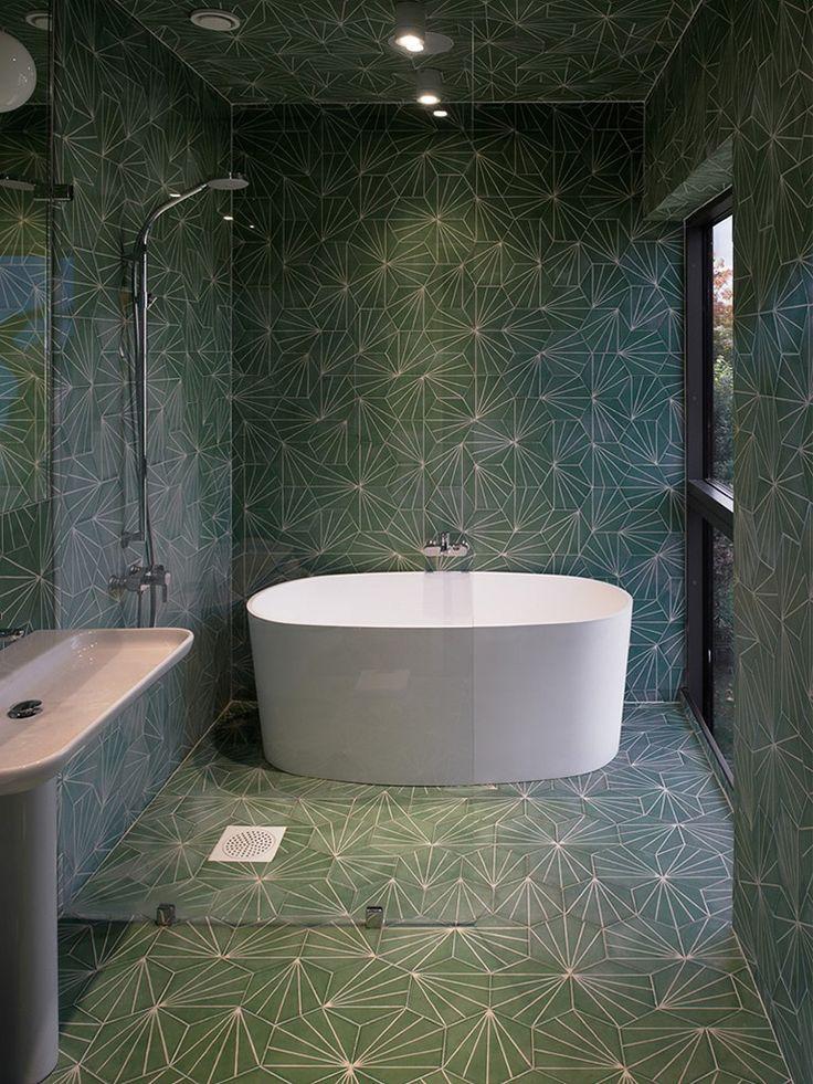 banheiro com revestimento verde estampado