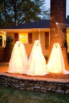 They are tomato cages wrapped with Christmas lights, then a cloth over with a face drawn on there in permanent marker. Fun huh!: Halloween Decorations, Tomato Cages, Halloween Fall, Christmas Lights, Fall Halloween, Drop Cloth, Cage Ghosts, Cages Wrapped, Halloween Ideas