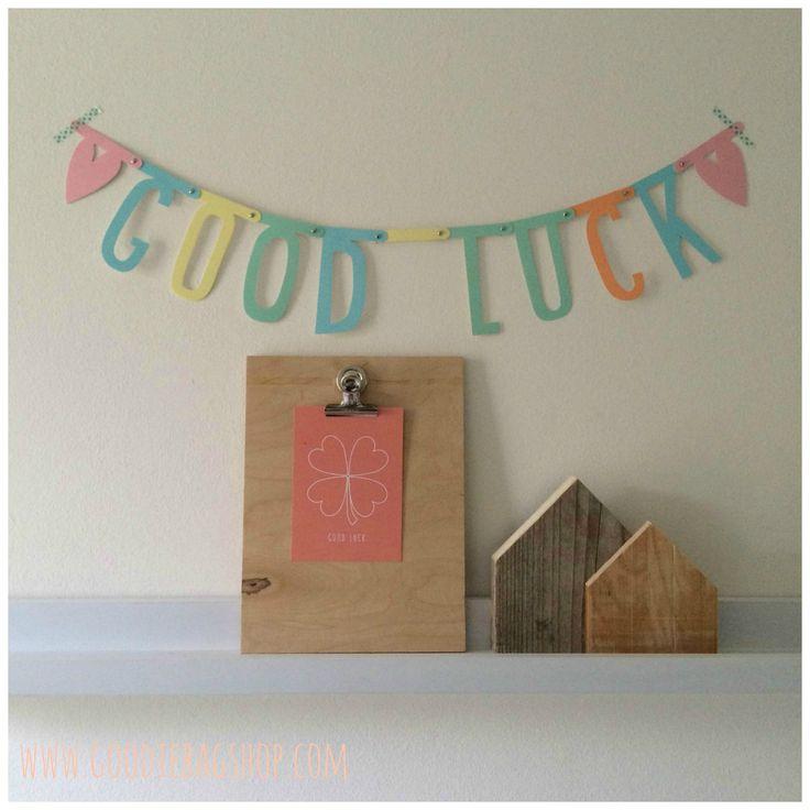Combi letterslinger en kaart Good Luck voor het geluk wensen van de examenkandidaten.
