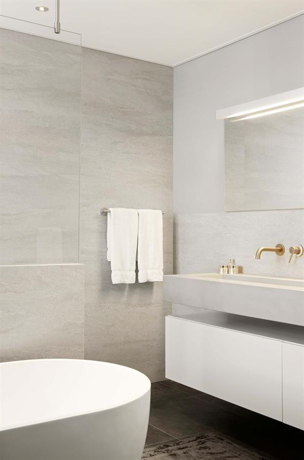 25 best ideas about badkamer wastafel kasten on pinterest oude meubels restaureren voetstuk - Eigentijdse badkamer grijs ...