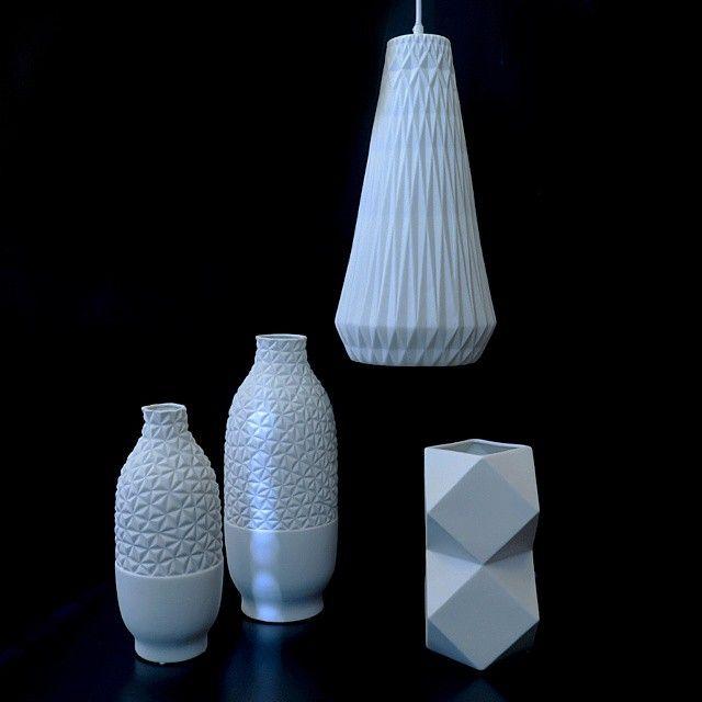 Nyhet på Habitat! Återigen ett inslag av den traditionella japanska kulturen. Serien Ceramic består av vackra lampor i vitt porslin, inspirerade av papperskonsten Origami. Finns både i Skrapan & i Täby C. Bordslampa från 289kr. Taklampa, 589kr. #habitatsverige #origami