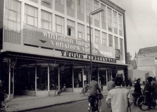 Vroom & Dreesmann aan de Veestraat in Helmond. Fotograaf T. van Mierlo.