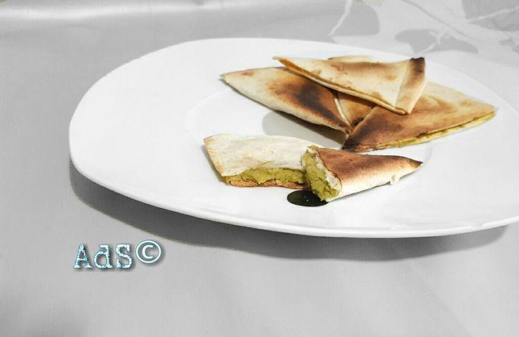 QUESADILLAS DE GUACAMOLE  ● INGREDIENTES:  -Tortillas mexicanas  - Guacamole ●PREPARACIÓN:  - En primer lugar cortamos la tortilla desde un extremo al centro con unas...