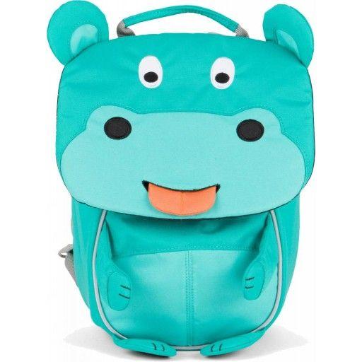 Engeltjes & Draken | Affenzahn | Kleuterrugzak nijlpaard Nora. Dit rugzakje  heeft een aanpasbaar borstriempje en zachte draagriempjes zodat het voor kindjes vanaf 2 jaar prettig dragen is. Daarnaast heeft dit vrolijke vriendje grappige details en kan hij zijn tong naar je uitsteken, hier zit een naamplaatje op, zodat hij jou altijd terug kan vinden. Zo is de rugzak niet alleen erg handig in gebruik maar wordt het een echte vriend! #affenzahn #rugzakje  #peuterschool #nijlpaard #kinderrugzak