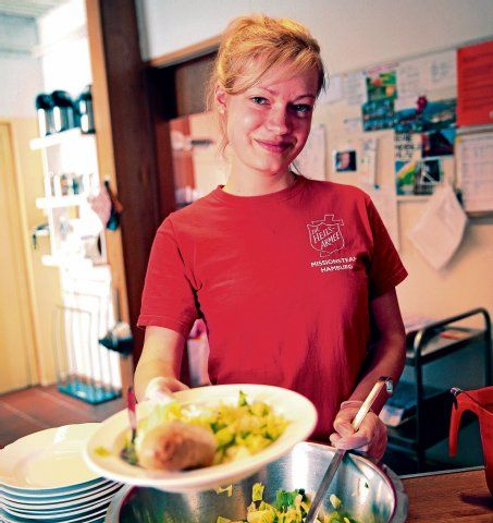 Von morgens bis abends mit Herzblut dabei: Helen Herold (19) macht ihr Freiwilliges Soziales Jahr bei der Heilsarmee in Hamburg.  Foto: Florian Quandt www.heilsarmee.de/fsj