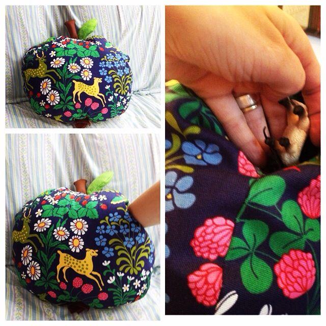 """Äpplekudde med """"sånggömma"""". Dvs en ficka i kudden med gömda djur och saker att sjunga sånger om."""