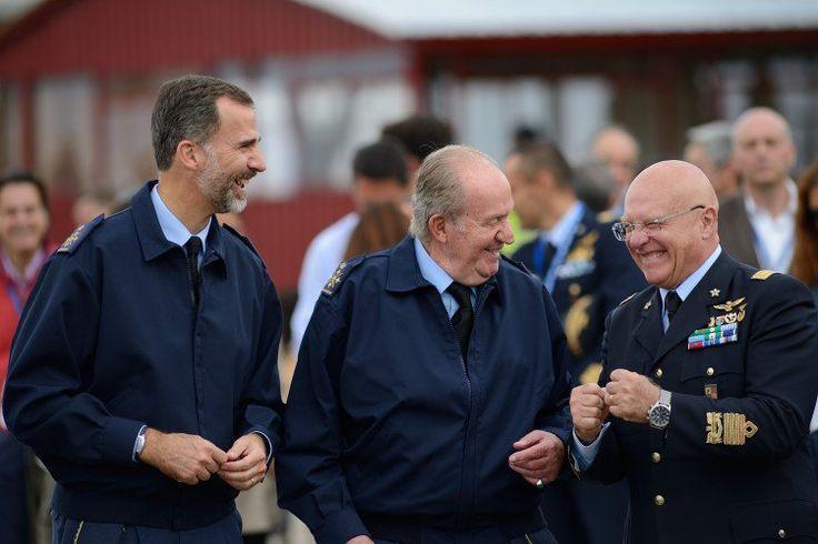 Ex-roi Juan Carlos plaisante autour avec un des officiers de la Force aérienne.