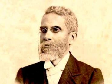 """Machado de Assis (1839-1908) foi um escritor e poeta brasileiro. Foi o fundador da Academia Brasileira de Letras e é famoso por muitos dos seus livros, como """"Memórias Póstumas de Brás Cubas"""", """"Dom Casmurro"""", """"Quincas Borba"""" e """"O Alienista""""."""