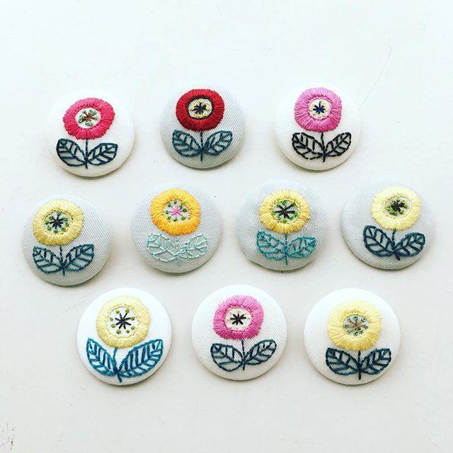 NHK青山の刺繍教室の皆さんの作品。 お花のブローチを作りました たくさん並ぶとかわいいですね ・ ・ #刺繍 #手刺繍 #embroidery #embroidered #needlework #手芸 #ステッチ #stitching #刺しゅう #暮らしを楽しむ #ハンドメイド #자수 #вышивка #broderie #ししゅう #日々 #暮らし #丁寧な暮らし #手作り #ハンドメイド #手芸 #ハンドメイド #刺繡 #ブローチ #刺繍ブローチ #ブローチ部 #刺繍教室 #手仕事 #NHK #NHK青山 #NHK文化センター