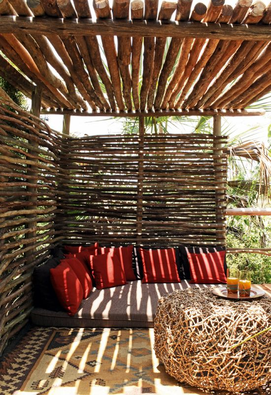 Parfois, il ne faut pas grand chose pour créer un brise-vue et une pergola. Juste quelque rondins de bois bien disposés!