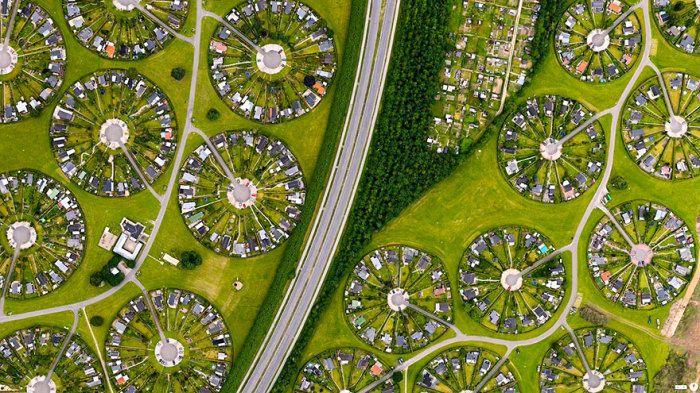 Жилые участки в пригороде Копенгагена, Брондбю, Дания.  Круглые города